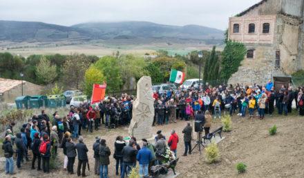 El pueblo de Otano, Navarra, reunido en torno al monumento a Xavier Mina. Noviembre, 2018